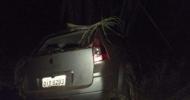 Carro furtado é recuperado em matagal próximo a rodovia Pedro Neiva de Santana