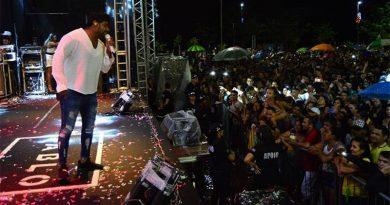 Milhares de pessoas prestigiam réveillon na Avenida Beira-Rio, em Imperatriz