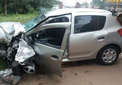 Carro invade contramão, bate em carreta e motorista fica ferido na BR-135