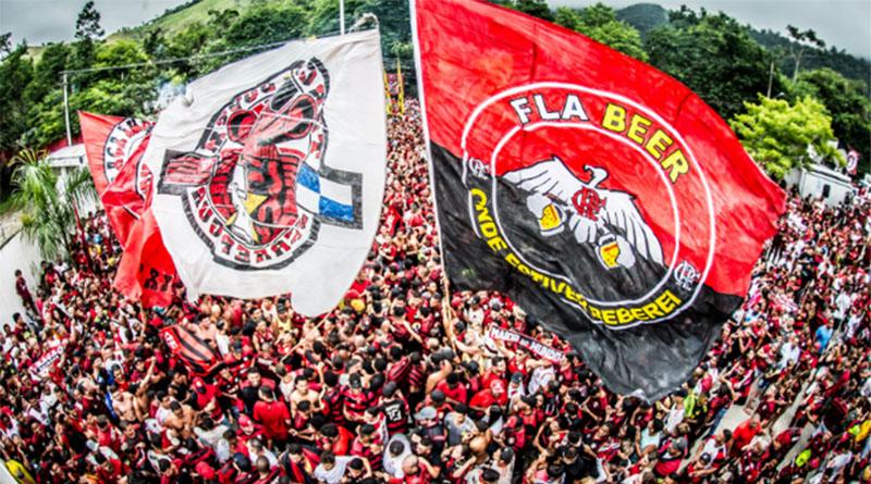 Após receber carinho da torcida no embarque, Flamengo chega a Lima para decisão da Libertadores