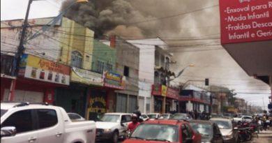 Incêndio atinge prédio comercial na Avenida Santa Teresa, em Imperatriz