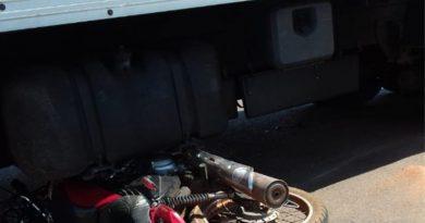 Acidente entre motocicleta e caminhão deixa ferido na BR-222 em Açailândia