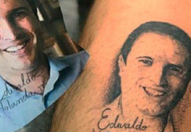 Homem faz tatuagem do prefeito Edivaldo Holanda Jr. na perna
