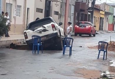 "Cratera aberta após chuva ""engole"" caminhonete em Imperatriz"
